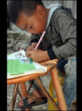 Siebenjähriger Sohn - Ou Yanglin - pflegt seinen Vater